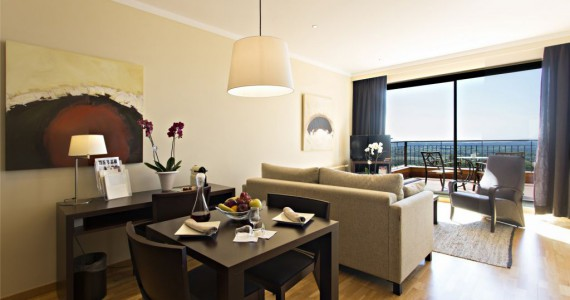 Suite ideal for families thanks to its division into bedroom and salon. It has a private terrace and hydromassage bath.